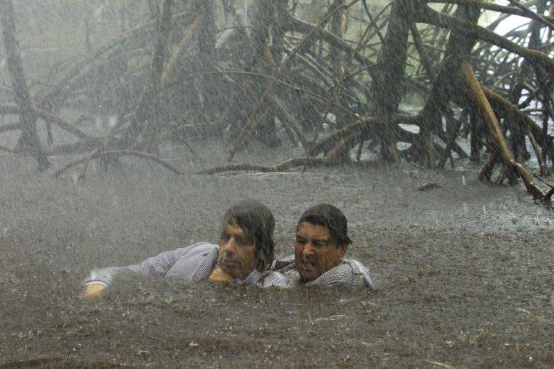 "Ben Mendelsohn (Danny Rayburn) (links) und Kyle Chandler (John Rayburn) (rechts) in der Netflix Original Serie ""Bloodline"". Photo Credit: Saeed Adyani  © 2014 Netflix, Inc. All Rights Reserved."