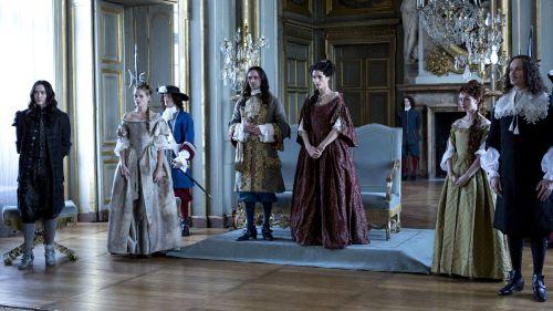 Alexander Vlahos (Monsieur), Noémie Schmidt (Henriette), George Blagden (Louis XIV), Elisa Lasowski (Marie-Thérèse) © Sky